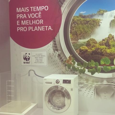Economizar água enquanto lavamos a roupa é possível, e nem precisa de balde...
