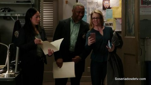 The Mysteries Of Laura: The Mystery of the Deceased Documentarian 1x21 Sabrina Bruxinha